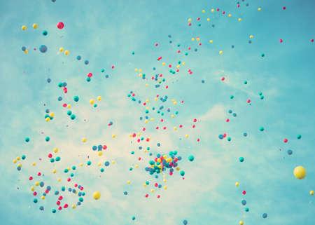 Kleurrijke ballonnen vliegen weg