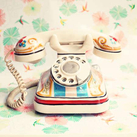 colores pastel: Tel�fono pintado a mano blanco de la vendimia