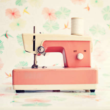 antiek behang: Roze speelgoed naaimachine