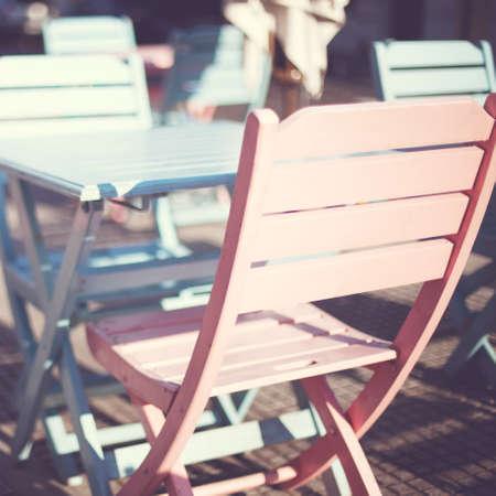 Buitenshuis cafe tafels en stoelen Stockfoto
