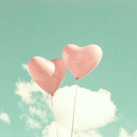 2 つのピンクのハートの形の風船