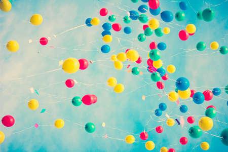 Kleurrijke ballonnen in de vlucht