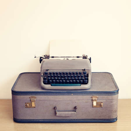 Typewriter over vintage suitcase Stockfoto