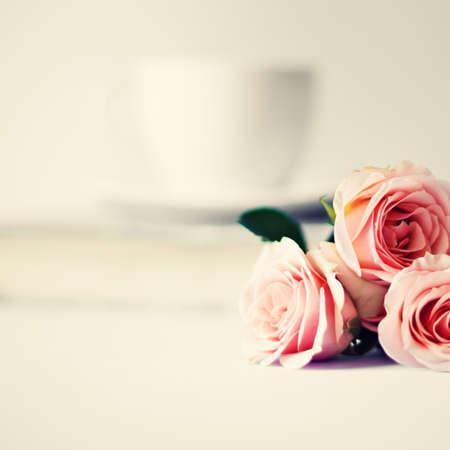 柔らかいピンクのバラと紅茶のカップ 写真素材