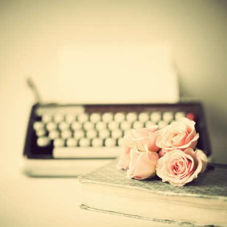 vintage: 玫瑰和老式打字機 版權商用圖片