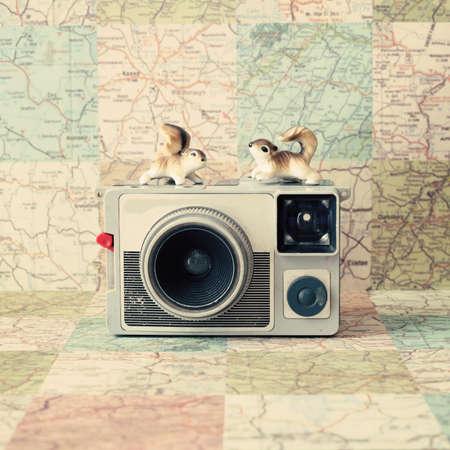 2 つのリスとビンテージ アナログ カメラ