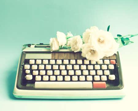 Vintage schrijfmachine en rozen Stockfoto