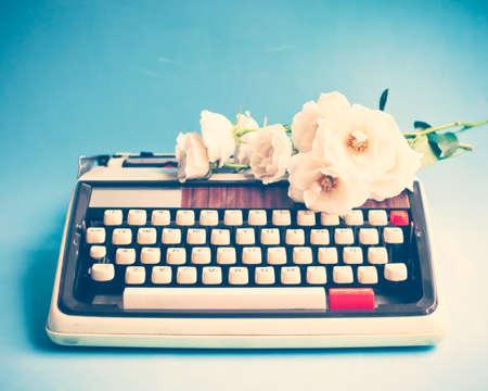 typewriter: M�quina de escribir y las rosas de la vendimia Foto de archivo