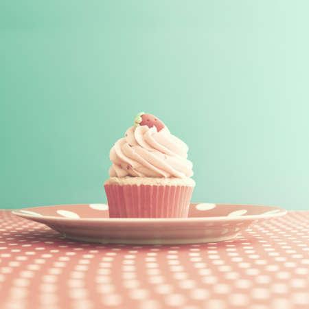 水玉柄をイチゴのカップケーキ
