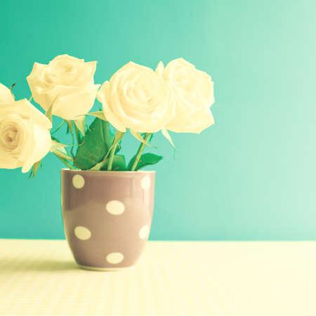 水玉花瓶の白いバラ
