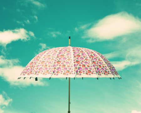 papel tapiz turquesa: Paraguas colorido de la vendimia con el cielo nublado Foto de archivo