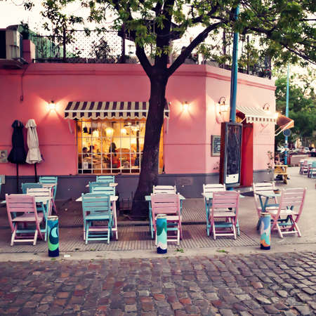 Pink and turquoise cafe chairs and tables Standard-Bild