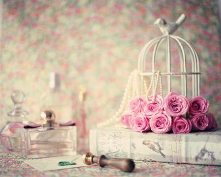 Rosas sobre libro del vintage, frascos de perfume y el sello de lacre Foto de archivo