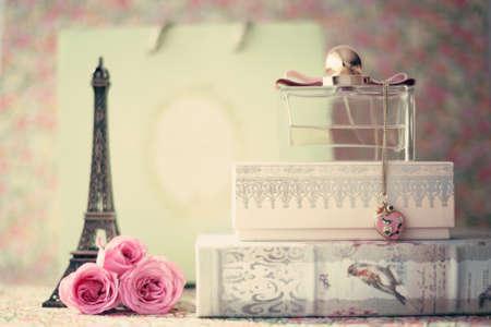 Eiffel toren met roze rozen en parfumfles Stockfoto