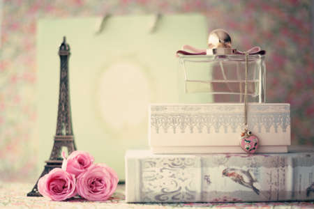 Eiffel tower with pink roses and perfume bottle Stockfoto