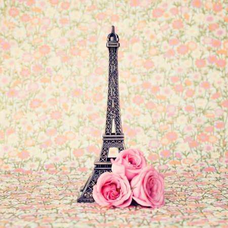 Eiffel toren met roze rozen Stockfoto
