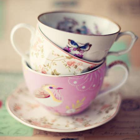 papel filtro: Pila de tazas de té de la vendimia Foto de archivo