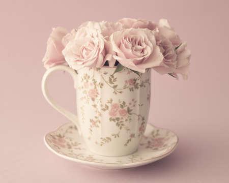 コーヒー カップにはバラのビンテージの花束