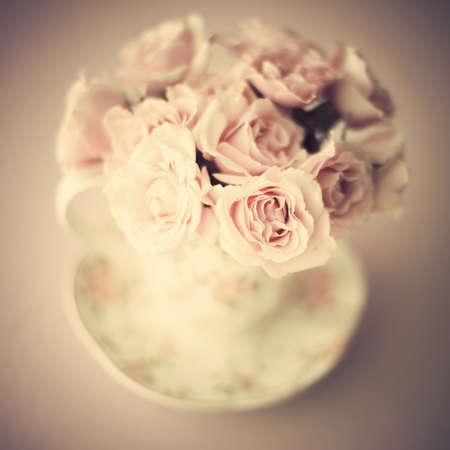 コーヒー カップにはバラの花束をビンテージ 写真素材