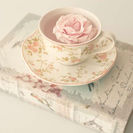 アンティークの本ヴィンテージ紅茶のカップで増