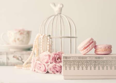 ビンテージ ローズとボックスの上のマカロンと真珠 写真素材