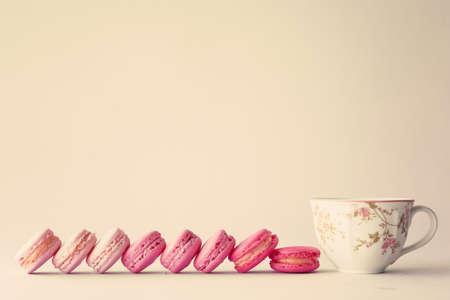Línea de macarrones y una taza de té de cosecha