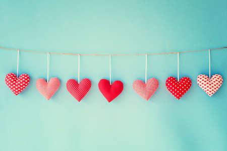 saint valentin coeur: coeurs de coton suspendus � une corde � linge