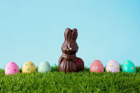 osterhase: Weinlese-Schokoladen-Osterhasen mit Ostereier über Gras