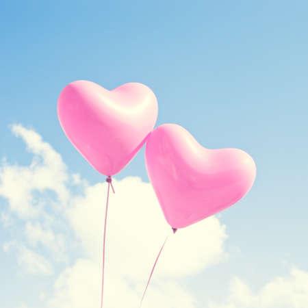 Twee roze hartvormige ballonnen Stockfoto