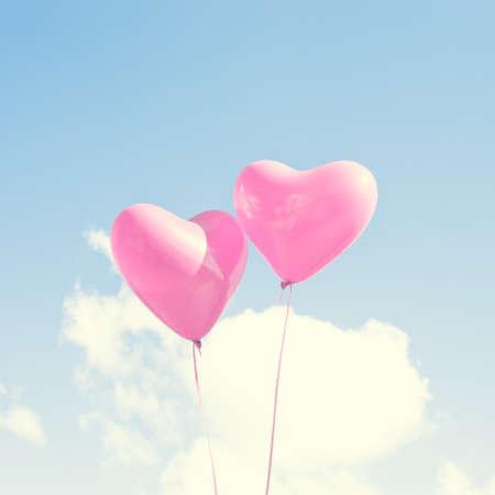 2 つのピンクのハート型の風船