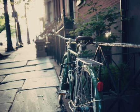 Vintage fiets in een Brooklyn Heights hek