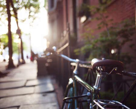 ブルックリンの高さのフェンスでビンテージ自転車