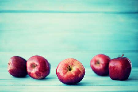 canastas de frutas: Manzanas sobre madera de color turquesa