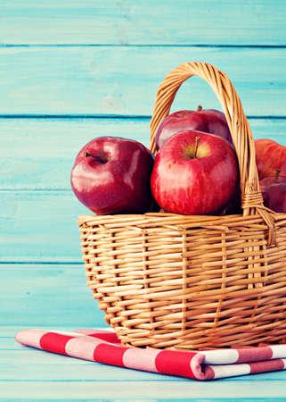 corbeille de fruits: Pommes dans un panier sur le bois turquoise