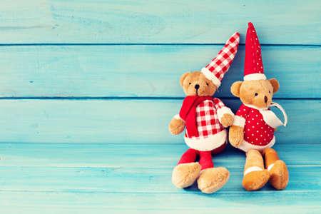 osos navide�os: Peluche de la Navidad de la vendimia lleva sobre madera de color turquesa Foto de archivo