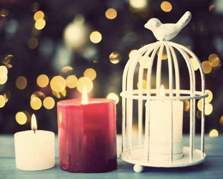 candela: Tre candele accese sopra legno Archivio Fotografico