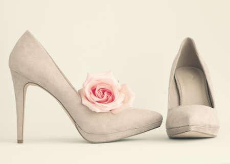 ビンテージのヒールの靴とローズ 写真素材