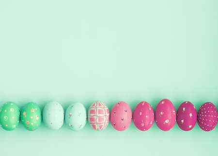 menta: Vintage huevos de Pascua en colores pastel sobre el fondo de la menta