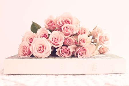 Boeket van vintage rozen over een doos Stockfoto