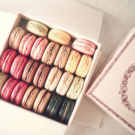パステル カラーのマカロンのビンテージ ボックス 写真素材
