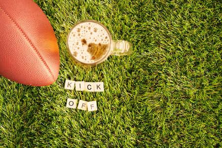 beer jar: el fútbol y la cerveza jarra de la vendimia sobre la hierba con el Kick Off mensaje en azulejos
