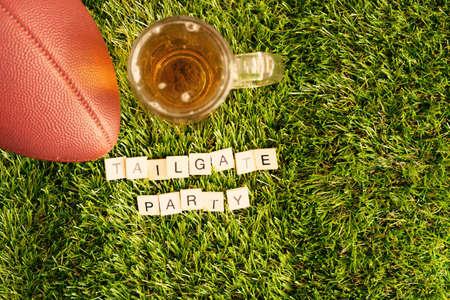 beer jar: fútbol de la vendimia y la jarra de cerveza con el mensaje de la puerta posterior del partido Foto de archivo
