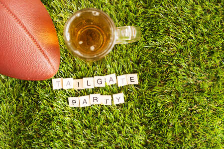 テールゲート パーティー メッセージとビンテージ サッカーとビール瓶します。