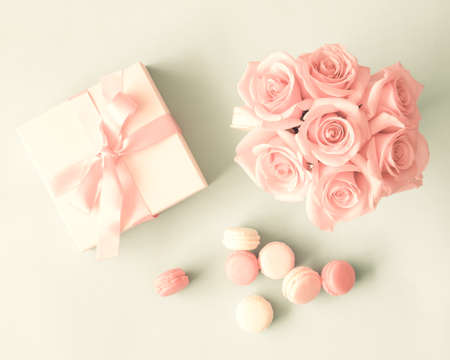 day book: Macarons, roses and gift box