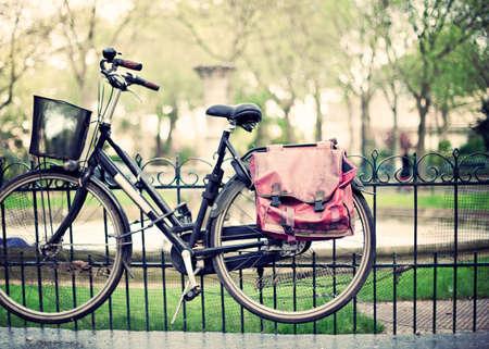 Vintage bicycle in a fence in Paris Banco de Imagens - 81165183