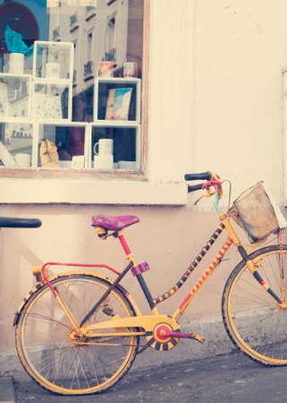 Vintage bicycle on a sidewalk in Paris Banco de Imagens - 81165222