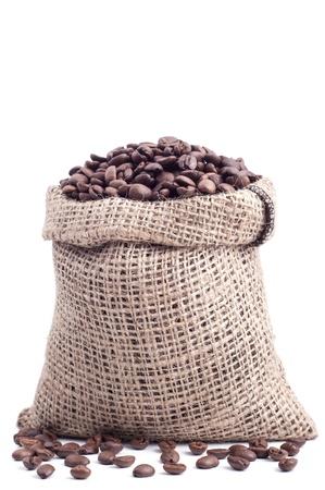 Tasche mit Kaffeebohnen auf weißem Hintergrund