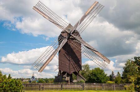 windmills: Antiguo Molino en un d�a de verano contra el cielo
