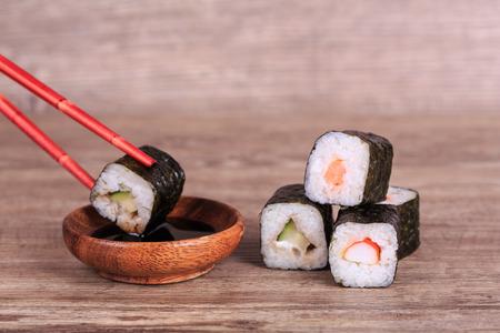 comida japonesa: Sush and Roll con queso crema y pepino dentro