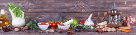 나무 배경에 야채와 향신료의 파노라마